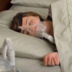 Zdjęcie śpiącej kobiety z aparatem CPAP