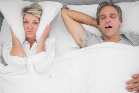 Kobieta niemoże spać, bo jej partner głośno chrapie co może być objawem obturacyjnego bezdechu sennego