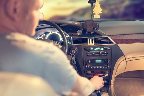 otyły-mężczyzna-w-samochodzie-może-mieć-bezdech-senny