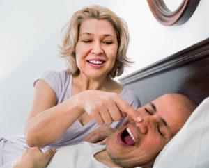 Kobieta zatyka noc mężczyzny, którychrapie. Cierpi nabezdech senny czycukrzycę?