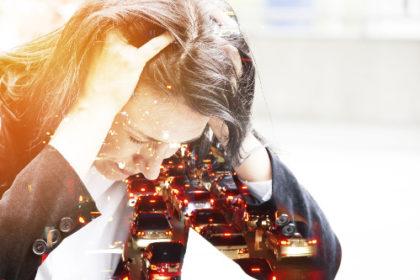 Zmęczona kobieta trzyma się za głowę. Moga to być Psychiatryczne i psychologiczne następstwa OBS