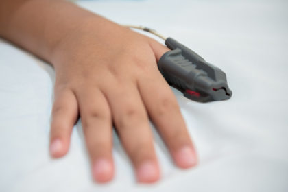 Badanie poligraficzne snu - widok dłoni