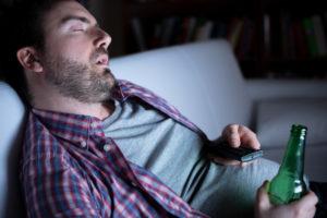 Mężczyzna zasnął przedTV zbutelką piwa