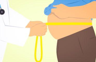 bezdech senny a otyłość - mierzenie obwodu brzucha mężczyzny- rysunek