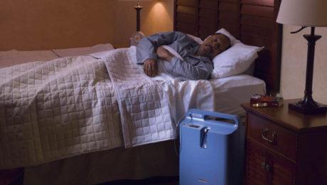 koncentrator tlenu używany przez pacjenta podczas snu