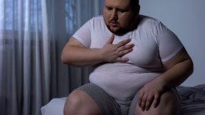 mężczyzna dusi się wnocy - tlenoterapia może być rozwiązaniem