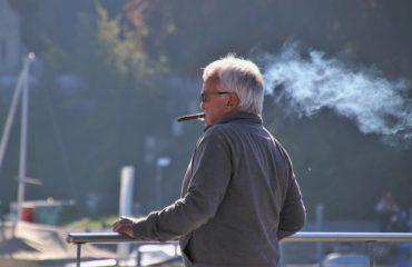 Mężczyzna z papierosem - przewlekła obturacyjna choroba płuc dotyczy w blisko 90% palaczy