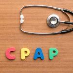 Aparat CPAP - cena zależy od wielu czynników. Napis i stetoskop